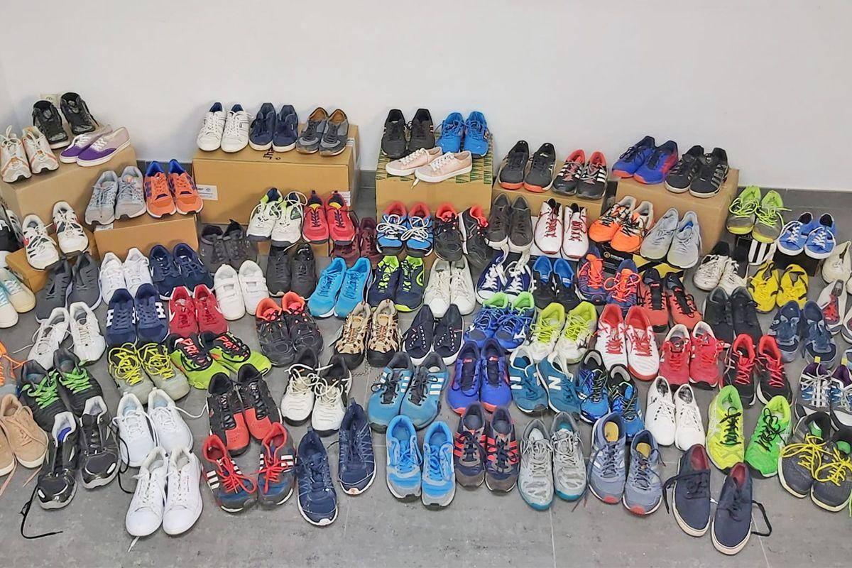 Grupo Solera recopila más de un centenar de zapatillas de deporte para Hogar San Juan